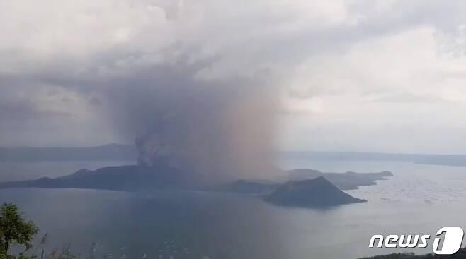 12일 탈 화산이 폭발하고 있는 모습 © AFP=뉴스1