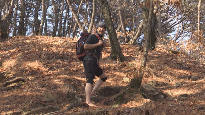 한겨울에 반팔, 반바지, 맨발로 산행하는 남자 이야기 '순간포착 세상에 이런 일이'. SBS 제공