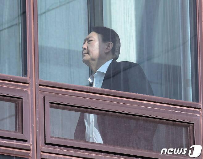 윤석열 검찰총장이 20일 오후 서울 서초구 대검찰청에서 점심식사를 하기 위해 이동하고 있다.  News1 신웅수 기자