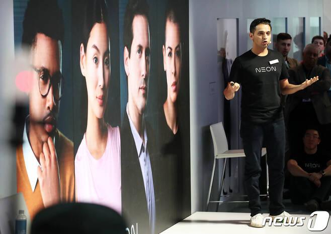 국제가전전시회 'CES 2020'(Consumer Electronics Show)이 막을 올린 7일(현지시간) 미국 네바다주 라스베이거스 컨벤션센터에서 삼성리서치아메리카(SRA) 산하 연구소 '스타랩스' CEO 프라나브 미스트리가 삼성전자의 인공 인간(Artificial Human) 프로젝트 '네온(NEON)'을 소개하고 있다. 2020.1.8/뉴스1 © News1 오대일 기자