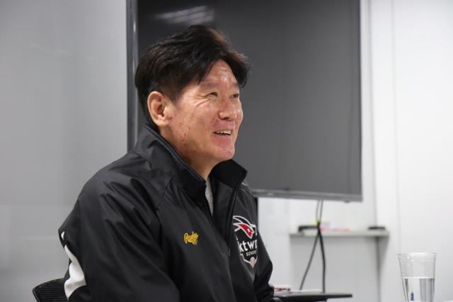 ◇KT 이강철 감독이 22일 수원 케이티위즈파크에서 취재진과 만난 자리에서 질문에 답하고 있다. 사진제공=KT 위즈