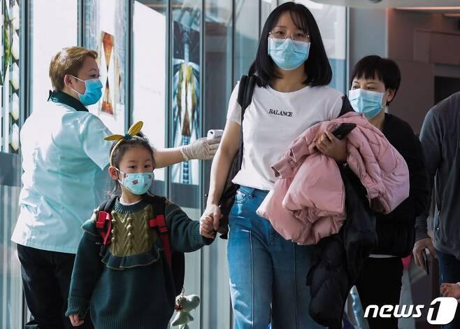 싱가포르 창이공항의 근로자들과 이용객들이 마스크를 착용하고 있다. © AFP=뉴스1
