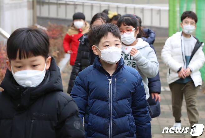 정부가 중국발 '우한 폐렴(신종 코로나바이러스 감염증)' 관련 감염병 위기경보 단계를 '경계'로 상향 조정한 가운데 28일 개학한 대구의 한 초등학교에서 학생들이 점심시간을 맞아 수돗가에서 손을 씻고 급식실로 향하고 있다. 2020.1.28/뉴스1 © News1 공정식 기자