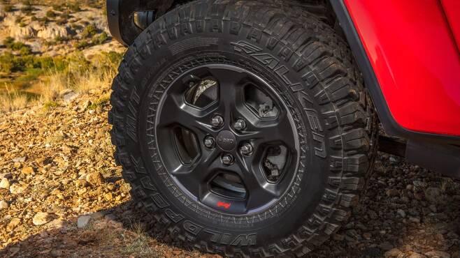 글래디에이터의 33인치 오프로드 전용 바퀴는 강한 접지력을 발휘한다. [사진=FCA코리아]