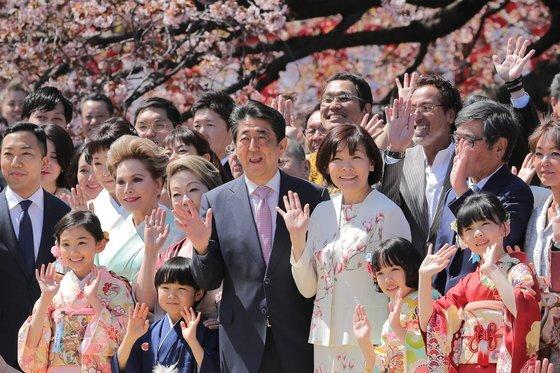 지난해 4월 신주쿠교엔 (新宿御苑)에서 개최된 '벚꽃 보는 모임'. 아베 신조 일본 총리와 아키에 여사가 연예인 등과 함께 기념촬영을 하는 모습. [사진제공=지지통신]