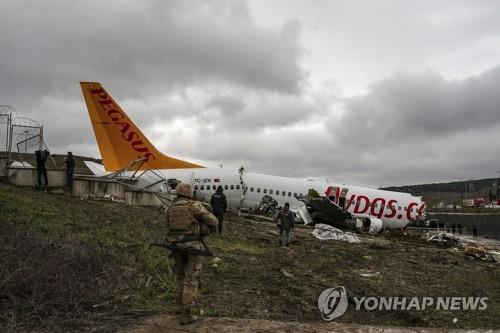 터키 사비하 괵첸 공항서 착륙사고로 부서진 페가수스 항공 여객기 [AP=연합뉴스]