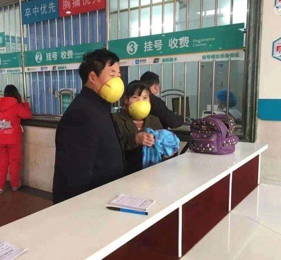 두 남녀가 멜론 껍질을 활용해 제작한 마스크로 얼굴 대부분을 가렸다. [웨이보 캡처]