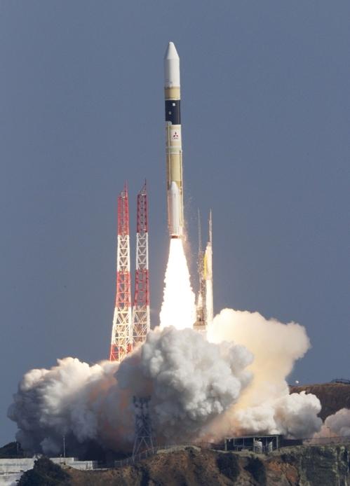 (다네가시마 우주센터 교도=연합뉴스)일본 우주항공연구개발기구(JAXA)와 미쓰비시중공업이 9일 가고시마현 다네가시마 우주센터에서 정보 수집 위성 '고가쿠(光學)' 7호기를 실은 H2A 로켓 41호기를 쏘아 올리고 있다.