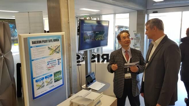 프랑스 베르사유 오토파일럿(AUTOPILOT) 전시장에서 참석자에게 ETRI 개발 기술을 설명하고 있는 오현서 책임연구원 [사진=ETRI]