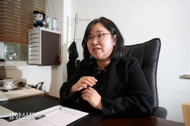 """권경애 변호사가 12일 서울 서초구 사무실에서 경향신문과 인터뷰하고 있다. 그는 최근 자신의 페이스북에 """"(정권이) 잘못했으면 사과를 해야 한다. 변명이라도 듣고 싶다""""고 적었다.  권도현 기자 lightroad@kyunghyang.com"""