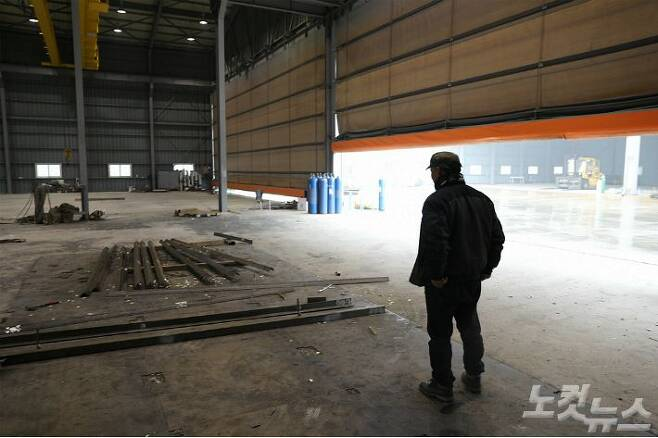 지난 12일 오전, 임금체불이 발생하고 직원들이 떠난 공장에 출근해 남은 작업을 하는 4차 하청업체 사장 최모(49)씨. (사진=남승현 기자)