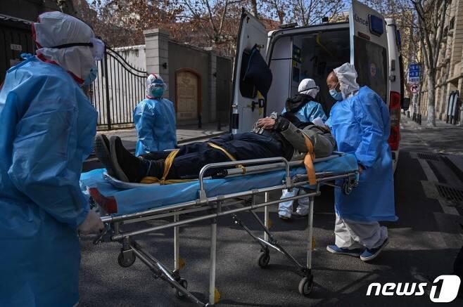 중국 후베이성 우한의 한 아파트에서 의료진이 의심환자를 이송하고 있다. © AFP=뉴스1 © News1 우동명 기자