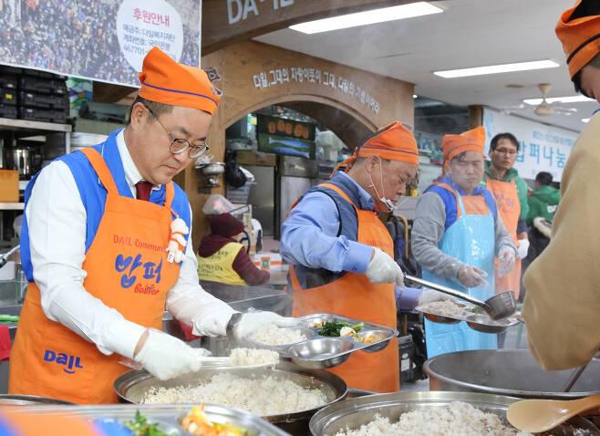 사회복지단체 다일공동체가 1988년부터 운영 중인 무료 급식 사업 '밥퍼' 나눔 운동의 활동 모습(사진은 기사 내용과 직접적인 관련은 없음). [헤럴드경제DB]