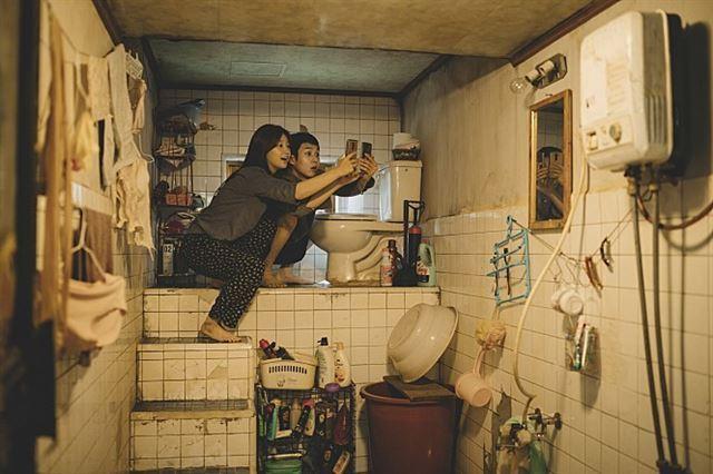 영화 '기생충'에서 기우(최우식)ㆍ기정(박소담) 남매가 사는 반지하 집의 화장실 가장 높은 곳에 변기가 설치돼 있다. 정화조보다 높은 곳에 변기를 설치해 역류를 막기 위한 것이다. CJ엔터테인먼트 제공 영화 '기생충' 속 기택 네 반지하 화장실 모습.
