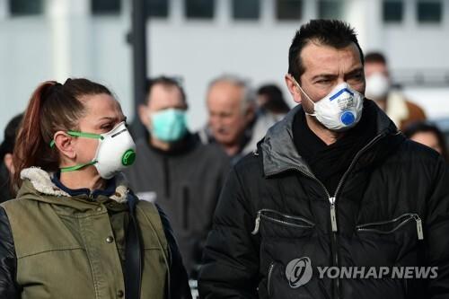 코로나바이러스 감염증이 확산하는 이탈리아에서 마스크를 쓰고 거리를 걷는 시민들. [AFP=연합뉴스]