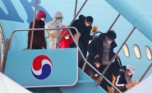 중국 후베이성 우한시에 체류했던 교민과 그 중국인 가족들이 12일 서울 김포국제공항에 도착한 대한항공 전세기에서 내리고 있다. 서재훈 기자 spring@hankookilbo.com