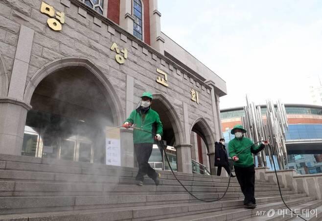 26일 오전 서울 강동구 명성교회에서 관계자들이 소독방역 작업을 하고 있다. / 사진=김휘선 기자 hwijpg@