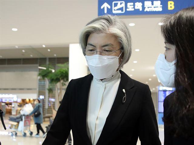 강경화 외교부 장관이 27일 오후 영국 방문을 마친 뒤 인천국제공항 2터미널을 통해 귀국하고 있다.  연합뉴스