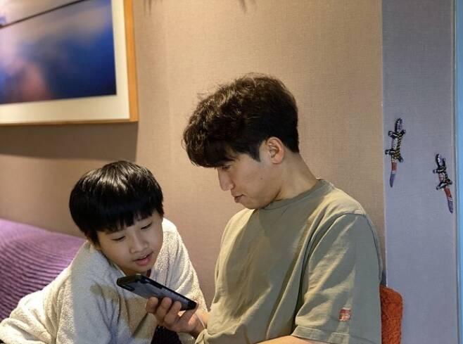 ▲ 유세윤(오른쪽)이 아들과 함께 코로나19 확산 방지를 위한 기부행렬에 동참했다. 출처l유세윤 SNS