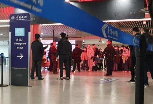 중국 난징공항 입국장서 대기 중인 한국 승객들 (상하이=연합뉴스) 차대운 특파원 = 지난 25일 오후 중국 난징공항 입국장에서 한국 승객들이 줄을 서 방역 당국의 조사를 받고 있다. 입국장의 외국인 안내판에 유독 한국어로만 '한국인'이라는 글자가 적혀 있다. 2020.2.25 [독자 제공. 재판매 및 DB 금지]  cha@yna.co.kr  (끝)