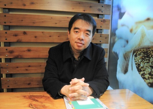 지난 7일 서울의 한 카페에서 <고전 읽는 가족>의 저자 전병국씨가 '삼중 독서법'에 대해 설명하고 있다. 김지윤 기자