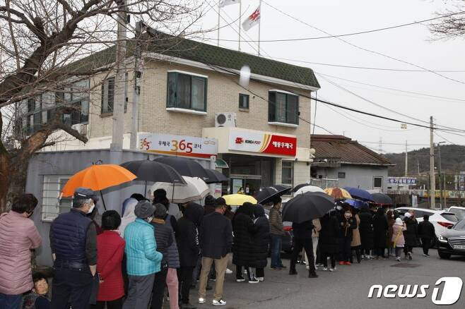 28일 전남 순천시 해룡면 해룡우체국 앞에서 시민들이 마스크를 구입하기 위해 줄을 서있다./사진=뉴스1