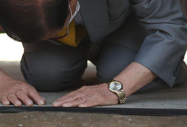 2일 기자회견을 연 이만희 신천지 총회장의 손목에 박근혜 전 대통령의 이름이 새겨진 시계가 보이고 있다. 가평=고영권 기자