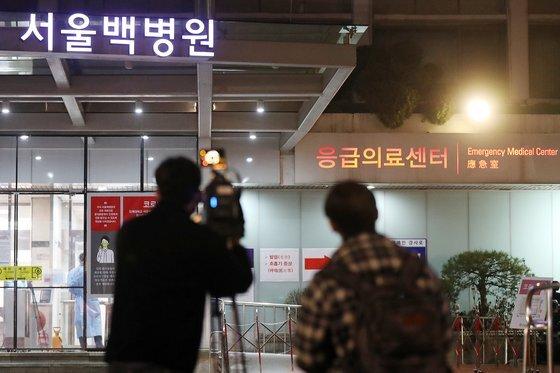 서울 중구 인제대학교 서울백병원에 입원 중이던 78세 여성 입원환자가 8일 코로나19 확진 판정을 받아 병원 외래 및 응급의료센터 등 병동 일부가 폐쇄됐다. 확진자는 보호자와 함께 대구에서 온 사실을 밝히지 않았다. 뉴스1