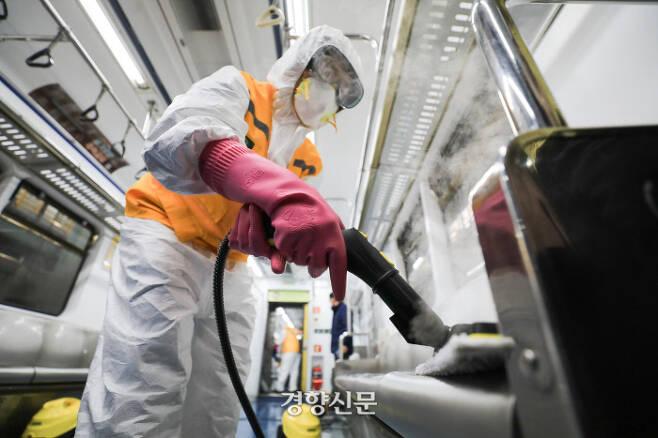 코로나19 확산을 막기위해 방역인력들이 11일 서울 지하철 1, 2호선 군자차량사업소에서 전동차 소독을 하고 있다.  이준헌 기자 ifwedont@