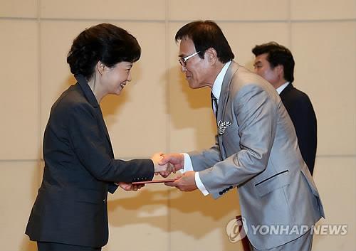 2012년 대선 당시 새누리당 재외선대위원장 임명장 받는 자니윤 [연합뉴스 사진자료]