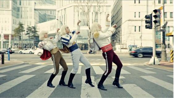 독특한 콘셉트가 화제가 된 <난쟁이들> 뮤직비디오의 한 장면. 영상 갈무리