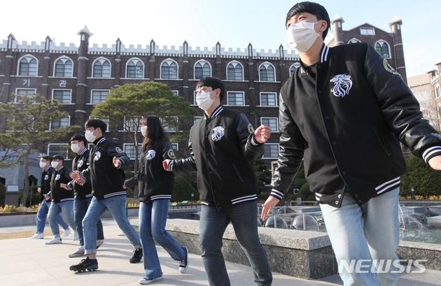 [광주=뉴시스] 송창헌 기자 = 광주대학교 총학생회 학생들이 15일 학교 분수대 앞에서 '코로나19' 극복을 위한 응원 영상을 제작하고 있다. 이 영상은 손씻기와 마스크 착용 등의 예방수칙을 율동에 맞춰 소개하고 있다. (사진=광주대 제공) 2020.03.15photo@newsis.com