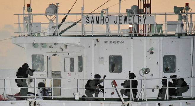 해군 청해부대 대원들이 소말리아 해적에 의해 피랍된 21명의 삼호 주얼리호 선원들을 단 1명의 사망자도 없이 구출해 낸 '아덴만의 여명작전'을 진행하는 모습. 이 작전을 계기로 항공모함 도입 등 대양해군 건설 계획에 탄력이 붙게 됐다. 2011.1.22 로이터 연합뉴스