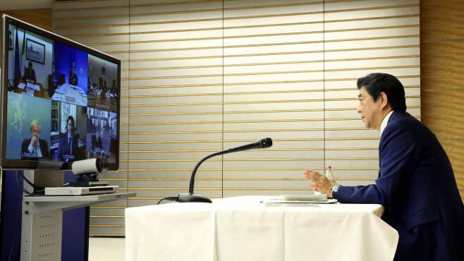 아베 총리, G7 정상과 화상회의 아베 신조 일본 총리가 16일 도쿄의 총리 관저에서 코로나19 대응을 위한 주요 7개국(G7) 정상 간 긴급 화상회의를 하고 있다. 도쿄 | 로이터연합뉴스