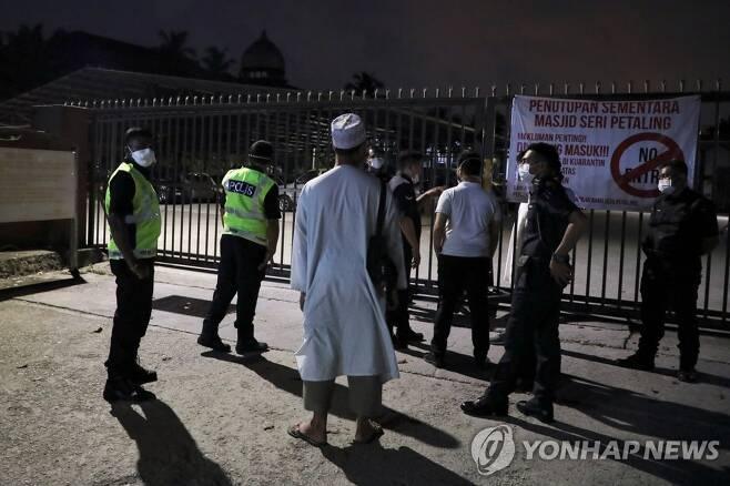 봉쇄된 말레이시아 스리 페탈링 이슬람사원 [로이터=연합뉴스 자료 사진]