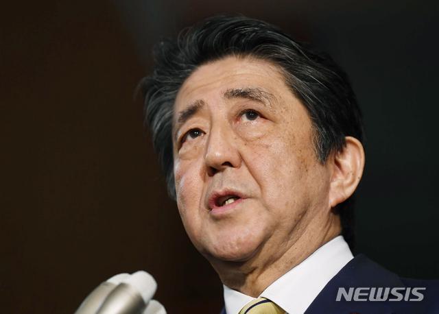 [도쿄=AP/뉴시스]아베 신조 일본 총리가 지난 17일 새벽 총리 관저에서 주요 7개국 정상들과 화상 회의를 가진 후 기자들에게 말하고 있다. 2020.03.18.