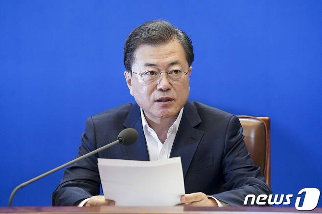 문재인 대통령이 24일 청와대에서 열린 제2차 비상경제회의에서 발언을 하고 있다. (청와대 제공) 2020.3.24/뉴스1
