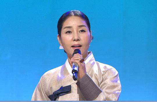 방송에서 경기민요를 부르는 모습. 양금석 배우 제공