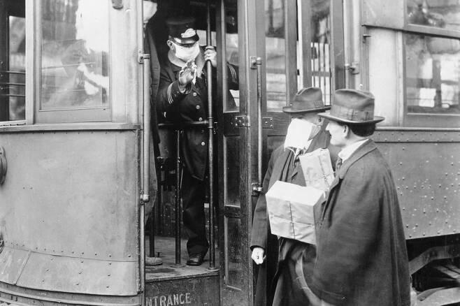 ⓒWikipedia1918년 스페인 독감때 미국 시애틀에서마스크를 쓰지 않은사람은 전차 탑승을거부당했다.
