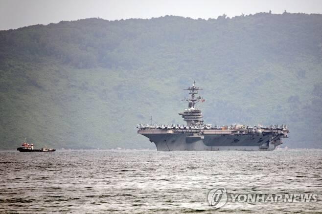 베트남 다낭 입항하는 미국 항공모함 루스벨트 [EPA=연합뉴스]