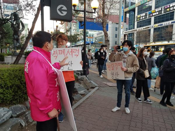 지난 27일 오후 6시30분쯤 서울 지하철 4호선 범계역 부근에서  20대 남성들이 경기 안양 동안을에 출마한 미래통합당 심재철(왼쪽) 의원의 선거운동을 방해하고 있다. 이들은 '적폐세력 청산' '친일세력 청산'이라고 적힌 피켓을 미리 준비했던 것으로 나타났다./미래통합당 제공