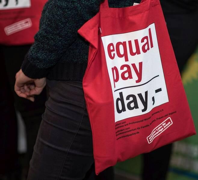 3월18일 독일 '동일임금의 날' 캠페인을 위해 만들어진 에코백 이미지. 독일의 성별 임금격차는 21%다. 남녀가 똑같이 일하고도 365일 가운데 약 77일은 여성이 무보수로 일하는 셈이다. 이에 독일은 한해가 시작된 뒤 77일이 지난 시점인 3월18일을 '동일임금의 날'로 정했다. 전문직여성 독일연맹 제공