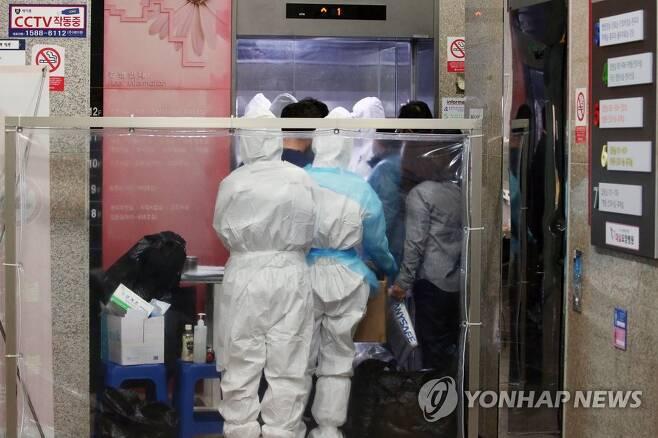 3월 27일 대구시 달성군 다사읍 제2미주병원에서 방호복을 입은 의료진이 분주히 오가고 있다. [연합뉴스 자료사진]