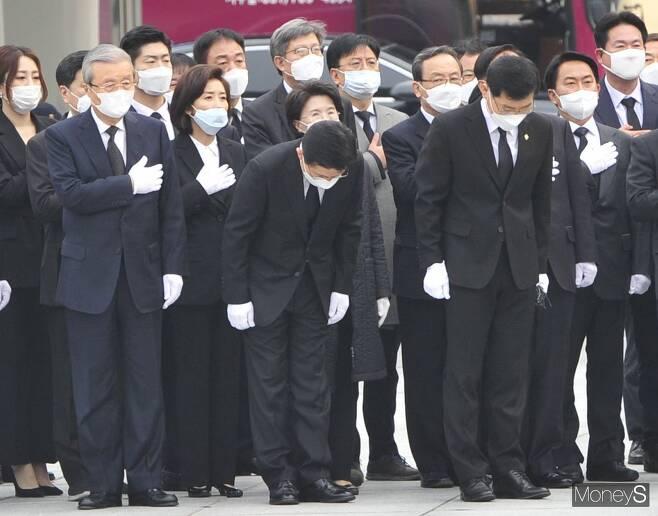 황교안 미래통합당 대표 및 총괄선거대책위원장(가운데)이 1일 서울 동작구 국립서울현충원에서 국기에 대한 '목례'를 하고 있다.  /사진=장동규 기자