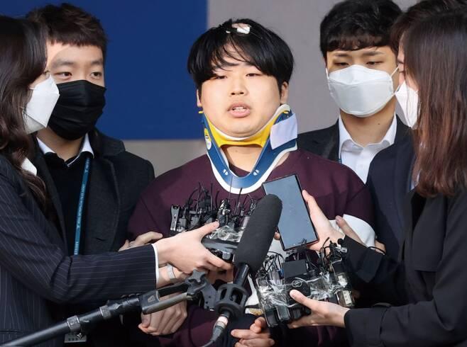 인터넷 메신저 텔레그램에서 미성년자를 포함한 최소 74명의 성착취물을 제작·유포한 혐의를 받는 '박사방' 운영자 조주빈(25)이 3월25일 서울 종로구 종로경찰서에서 서울중앙지방검찰청으로이송되고 있다. ⓒ시사저널 고성준