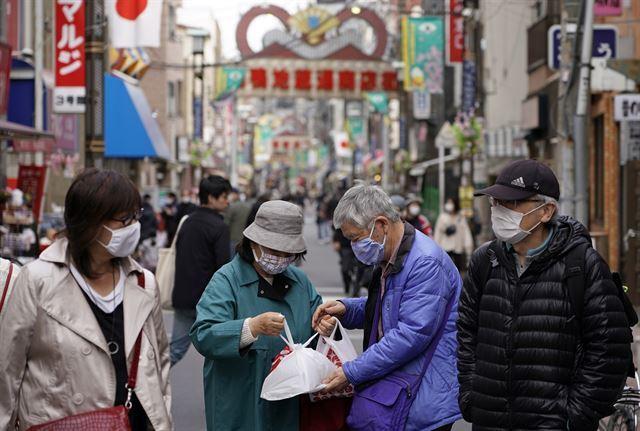 일본 도쿄의 한 거리에서 3일 마스크를 쓴 시민들이 모여 있다. 도쿄=EPA 연합뉴스