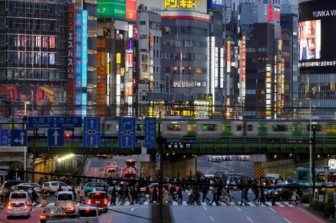 지난달 31일 일본 도쿄 신주쿠 모습. 확진자가 연일 증가함에도 외출 자제령 등을 지키지 않는 이들이 많아 환자 폭증이 우려되는 상황이다. /AFPBBNews=뉴스1