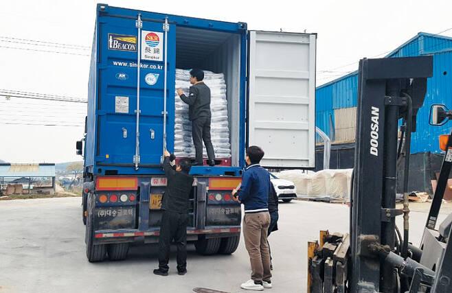 홍콩으로 향하는 익산쌀 - 전북도청은 두 달 전 홍콩에 시범 수출한 쌀 13t이 완판되자, 일정을 앞당겨 홍콩 업체와 정식 수출 계약까지 맺었다. 지난 1일 전북 익산 한성영농조합 관계자들이 홍콩에 수출할 쌀을 트럭에 싣고 있다. /전북도청