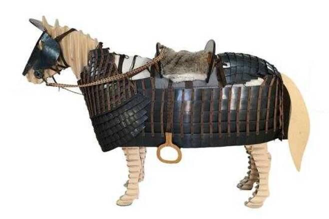 쪽샘지구에서 확인된 말갑옷의 복원모습. 신라 기마병은 요즘의 조랑말 크기의 말을 타고 전투에 임한 것으로 추정됐다. 당시에는 이 말이 우량종이었을 것이다. |국립경주문화재연구소 제공