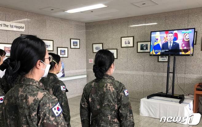 대구 의료지원 임무를 수행한 국군간호사관학교 60기 신임 간호장교 75명이 정경두 국방부 장관의 영상메시지를 보고 있다. /국방부 제공 © 뉴스1